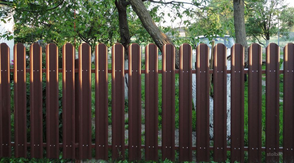 """Забор из металлического штакетника с двухсторонним покрытием RAL 3005 6005 8017 """"NOVA Lux"""", на 2-х лагах (с зазором 2 см.) в Москве и области"""